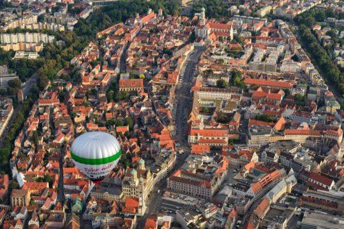 Unser Augsburg Ballon über der Innenstadt - fotografiert aus einem 2.Ballon heraus. (Copyright Mark Robertz)
