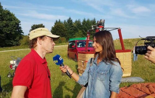 Pilot Nils Römeling stellt sich Augsburg TV Reporterin Lea Wagner den Fragen und Antworten rund ums Ballonfahren.