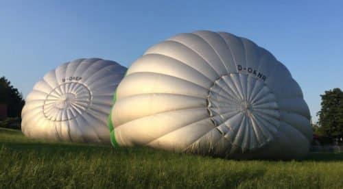 Unsere Ballone beim Aufbau - gut zu sehen das runde Parachute zum ablassen der heißen Luft