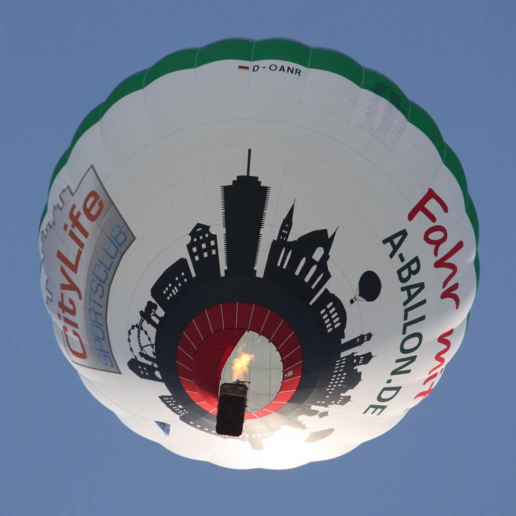 Unser Augsburg Ballon im blauen Himmel über der Fuggerstadt.