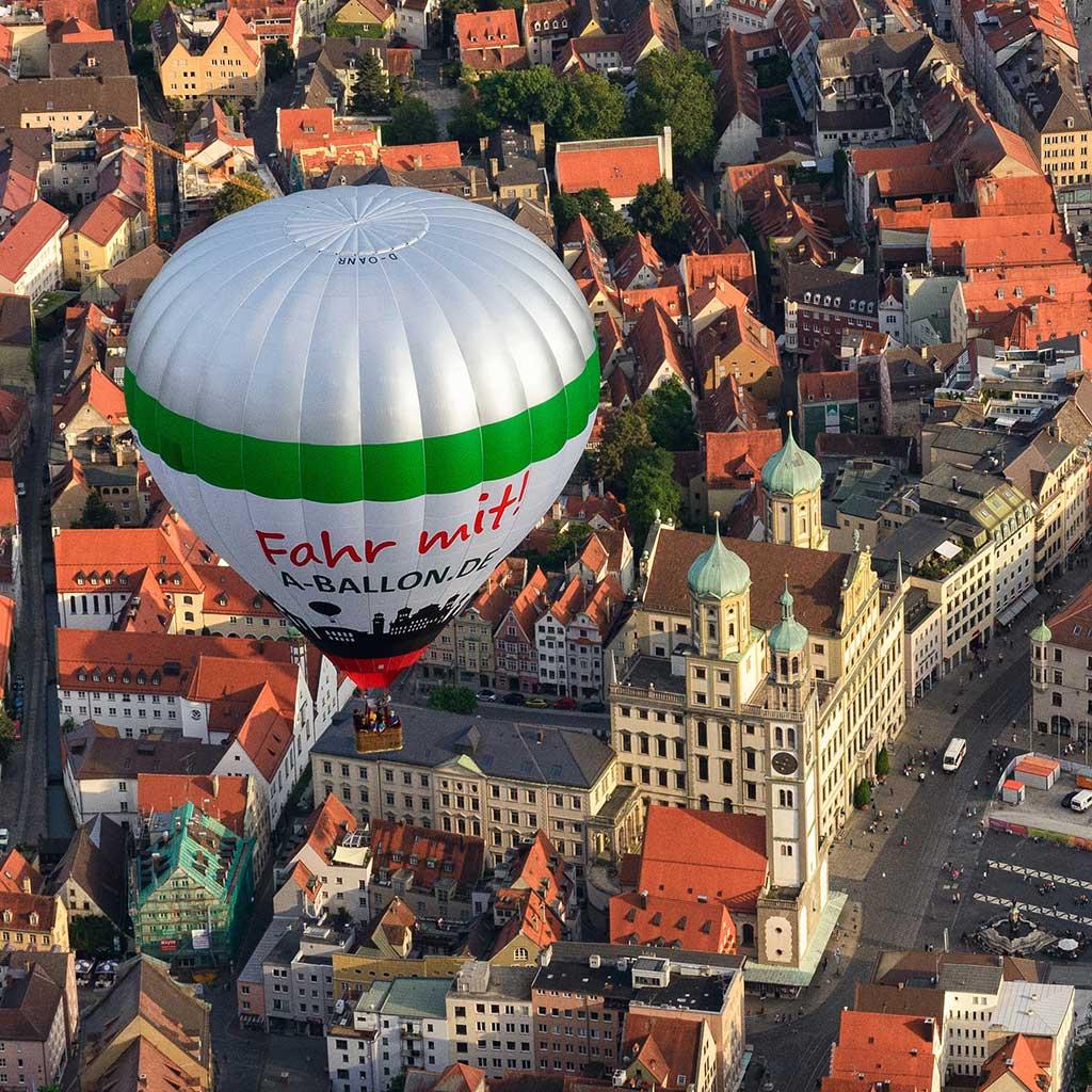 Der Augsburg Heissluftballon über dem Rathaus.