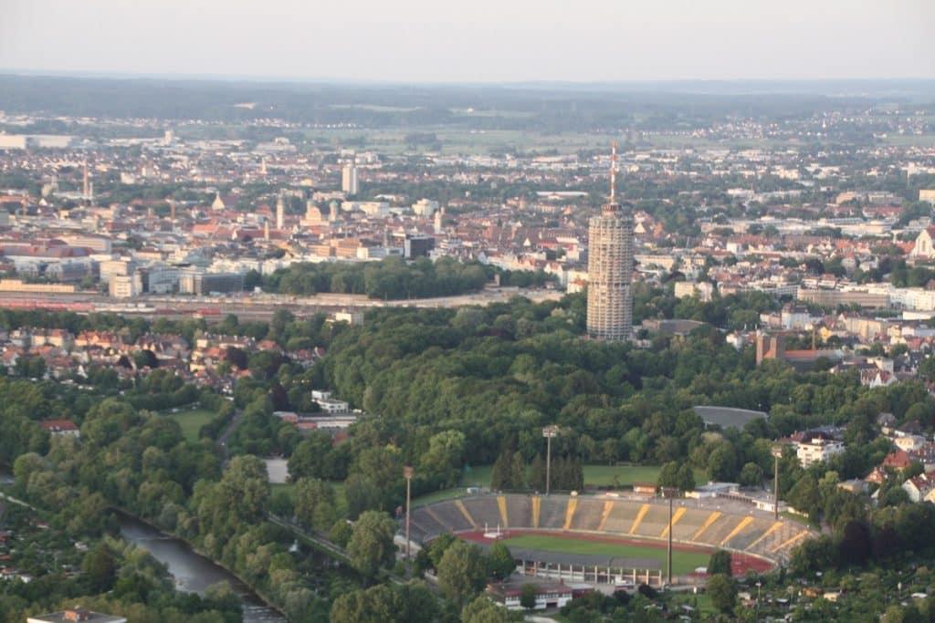 Blick von Stadtbergen aus auf Augsburg aus dem Ballonkorb.