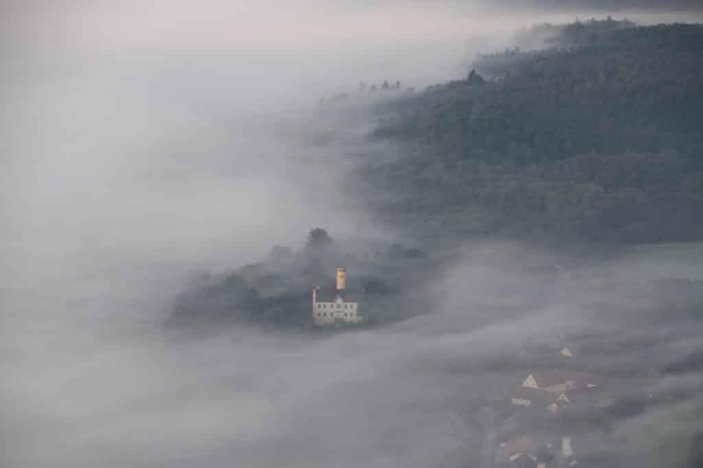 Die Wellenburg im Nebel aus dem Heissluftballon