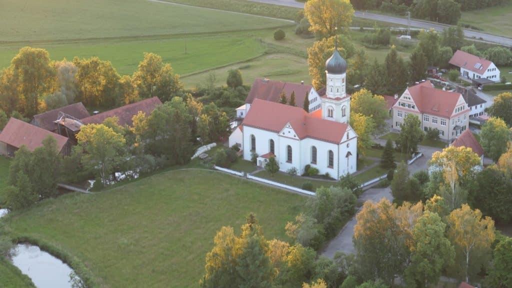 Pfarrkirche St. Johannes Baptist in Gessertshausen, direkt an der Schmutter gelegen